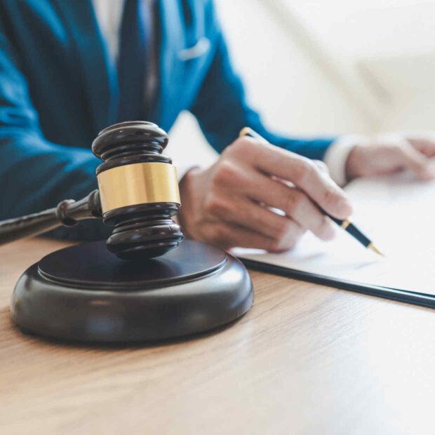 Richterhammer vor Schriftstück - bildlich für Arbeitsrecht